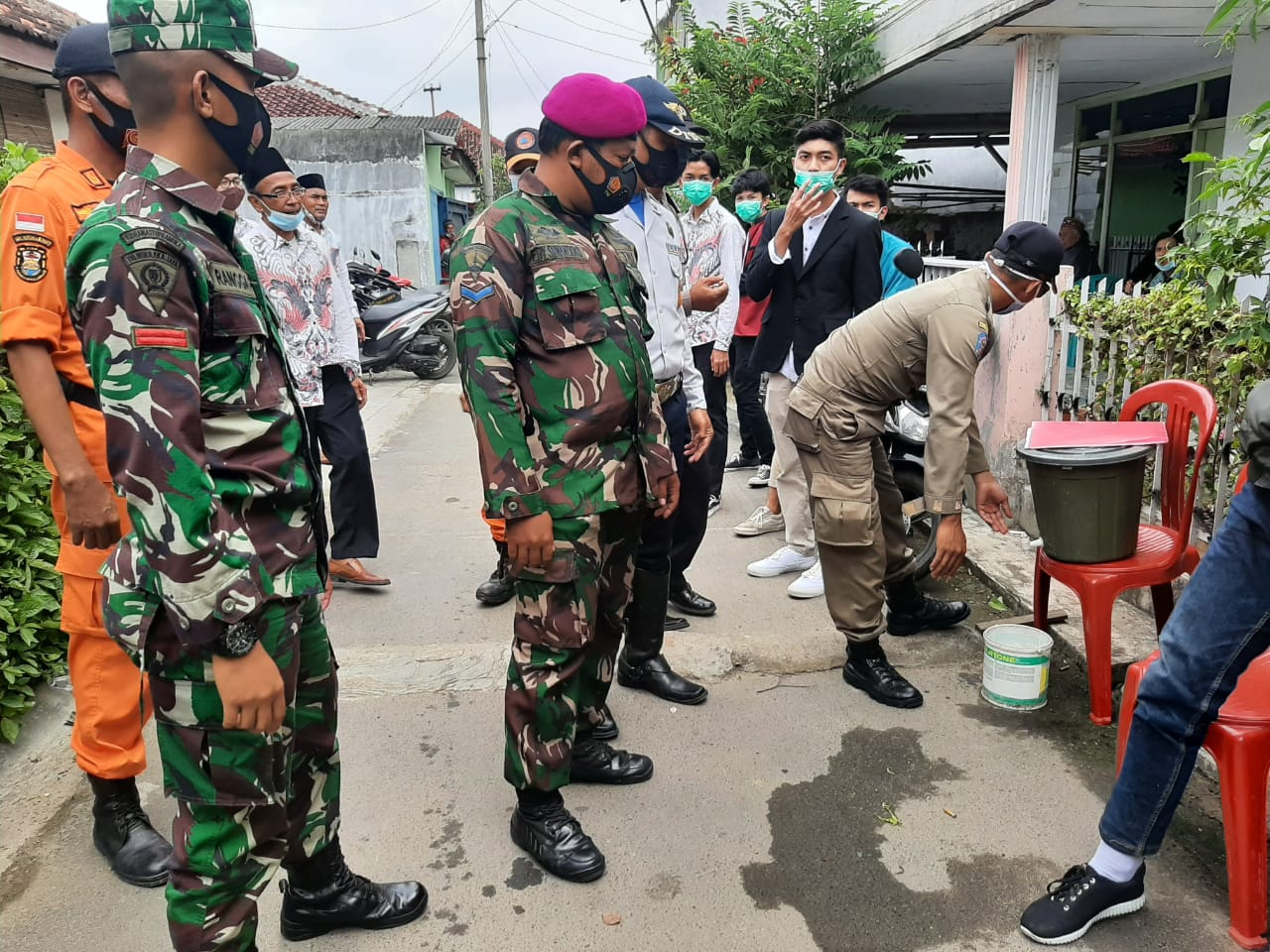 Babinsa Koramil 410-04TKT Kodim 0410KBL Pelda Sutiyono bersama dengan Tim 2 Gugus Tugas Penanganan Covid-19 menyambangi lokasi hajatan di wilayah kecamatan Way Halim