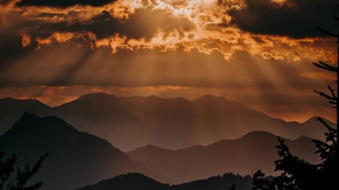Plano de Fundo Raios de Luz do Sol Nas Montanhas
