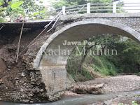 Separo Badan Jembatan Desa Munggu Bungkal Ambrol