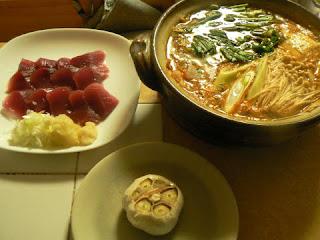 辛鍋 カツオの刺身 丸ごとニンニク