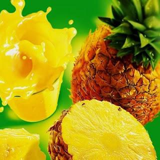 спелые плоды ананасы и стакан сока