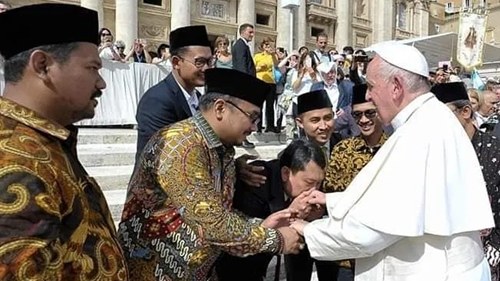 Usai Sungkem ke Gibran, Gus Yaqut Ikut Rebutan Cium Tangan Paus Fransiskus: Memalukan!