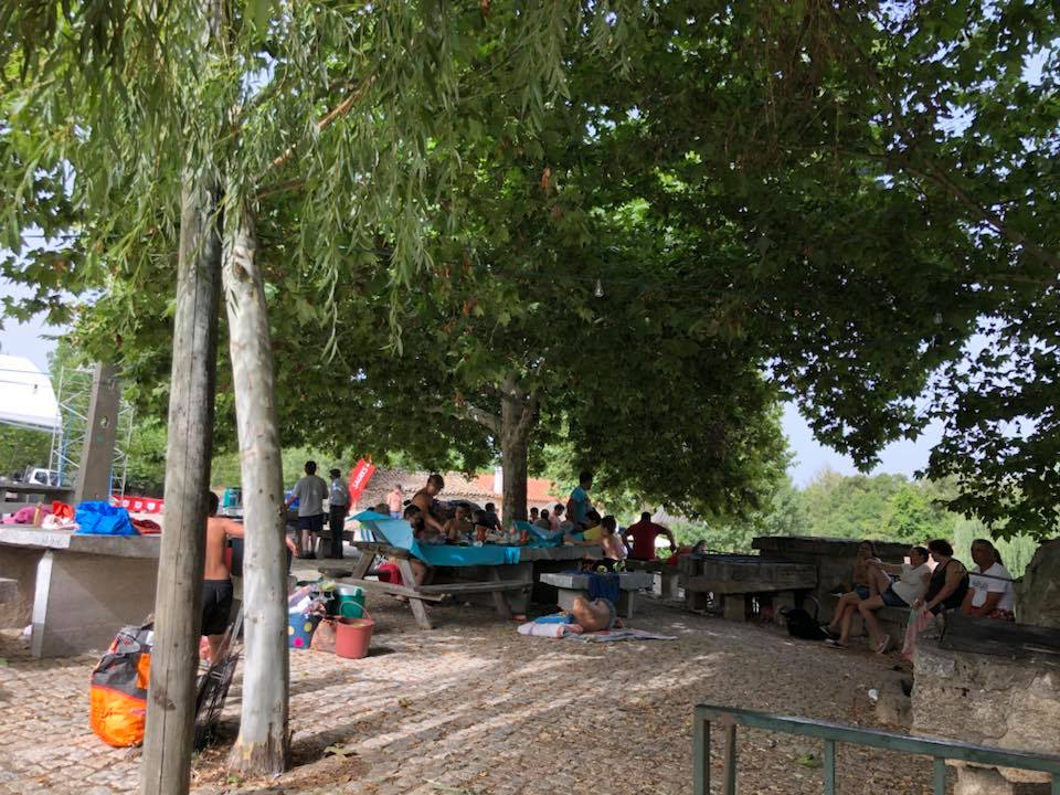 Veraneantes no parque de merendas