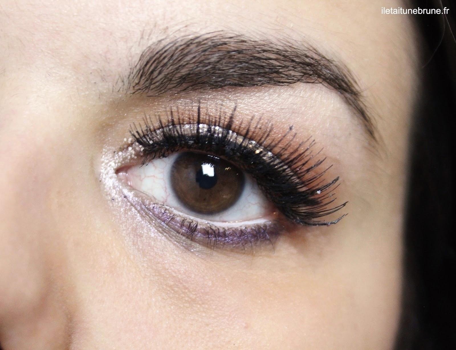 Maquillage paillettes argentées, faux-cils, underliner violet