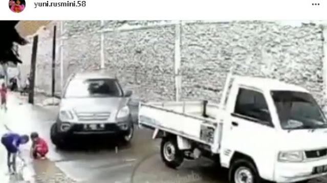 Viral Video Bocah Terlindas Mobil saat Bermain, Temannya Lari Ketakutan
