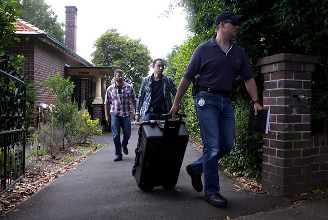 Image Attribute: Australian Federal Police officers walk down the driveway after searching the home of probable creator of cryptocurrency bitcoin Craig Steven Wright in Sydney's north shore December 9, 2015. REUTERS/David Gray/File Photo