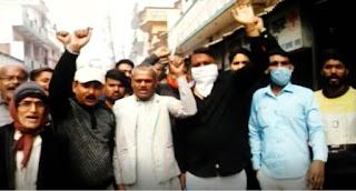 लखनऊ : समस्याओं के समाधान के लिए व्यापारियों ने प्रदर्शन कर जोनल अधिकारी को सौंपा ज्ञापन