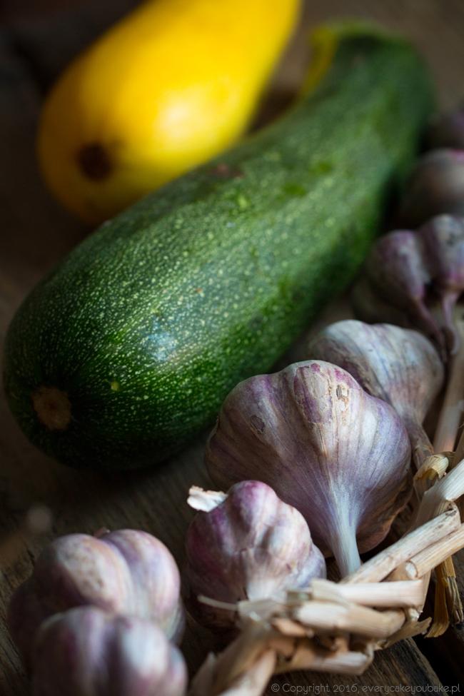 grillowana cukinia marynowana w oliwie z czosnkiem i tymiankiem