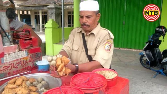 Dia Bukan PNS, Hanya Seorang Penjual Cilok yang Bercita-cita Naik Haji