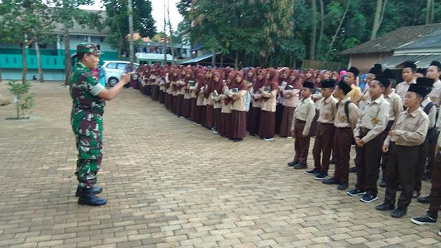 Berikan Arahan Di MTs N Bawu, Serka Kardomo Tekankan Kedisiplinan Sekolah