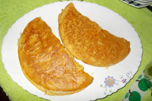 Falso pão de queijo de frigideira com farinha de linhaça recheado com queijo