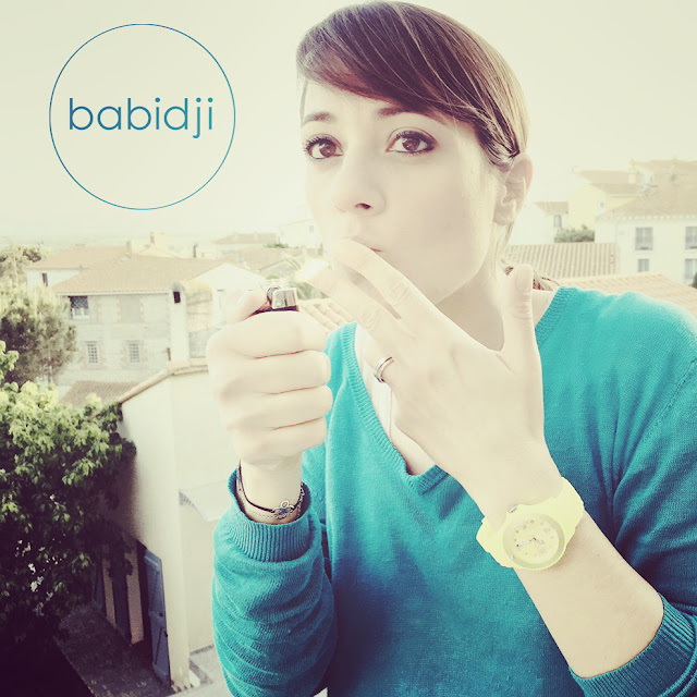 La blogueuse babidji fume une cigarette invisible !