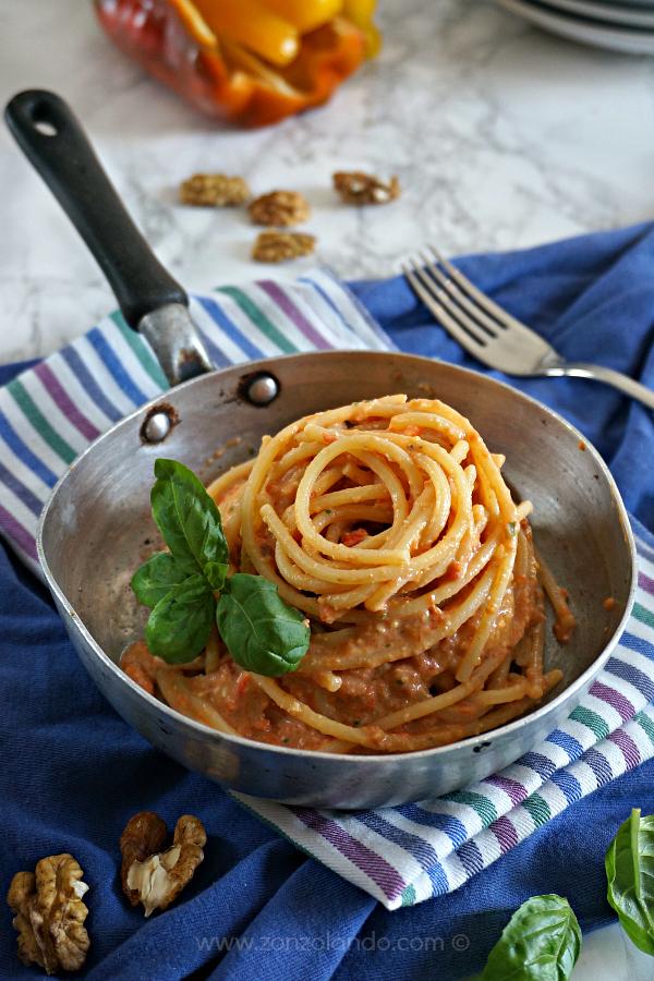 Pasta spaghetti con crema di peperoni arrosto con ricotta e noci primo piatto o antipasto bruschetta crostini ricetta - Roasted peppers and ricotta pesto recipe