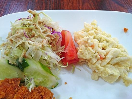 とんかつ定食のサラダの写真