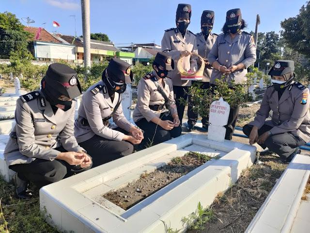 Polwan Polres Kediri Kota Ziarah Makam Pahlawan Pada HUT Polisi Wanita ke-73