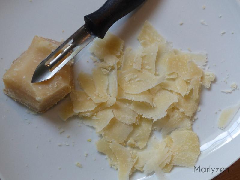 Prélevez des copeaux de parmesan.