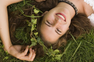 تحتوي الأعشاب على الفيتامينات والمواد المغذية الدقيقة التي تعمل كغذاء لشعرك.  تساعد الأعشاب في منع تساقط الشعر لأنها تنشط أنسجة الشعر. بغض النظر عن ذلك ، يتكون الشامبو والبلسم