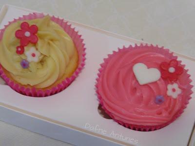 cupcakes delicados com coração e flores