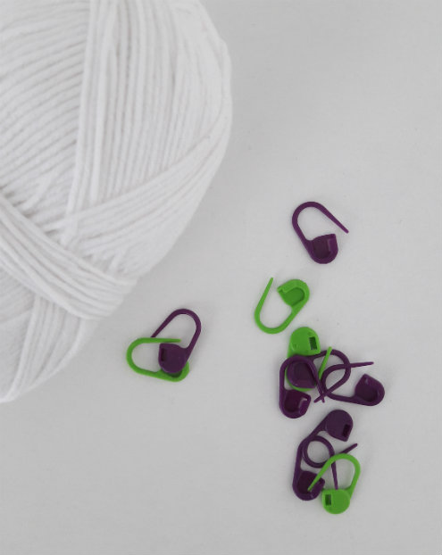 Crochet gadgets: stitch markers | Happy in Red
