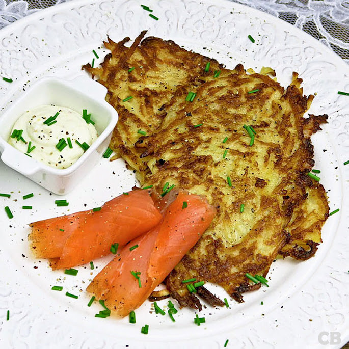 Limburgse riefkeukskes, aardappelpannenkoekjes, met gerookte zalm
