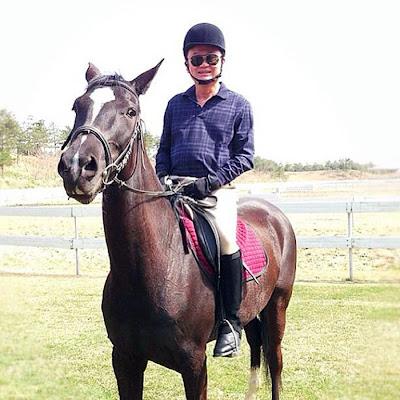 พ.ต.ท.ทักษิณ ชินวัตร บนยอดม้าสายพันธุ์เดียวกับกับม้าเซ็กเธาว์