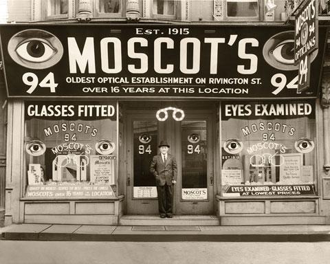 Het Amerikaanse brillenmerk Moscot bestaat al meer dan 100 jaar en is een  begrip in New York. De oprichter van Moscot, Hyman Moscot, is begonnen met  de ... 51676612243a