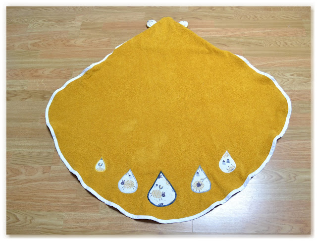 sortie de bain éponge jaune moutarde et biais blanc