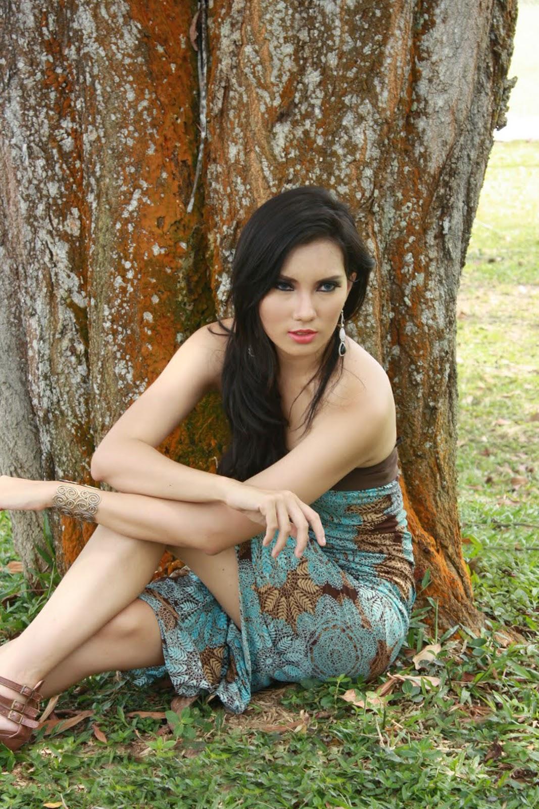 Foto Model Seksi Kennova Prawesty kain batik