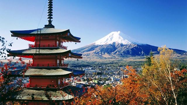 Salah satu pagoda dengan latar belakang Fujiyama di Jepang