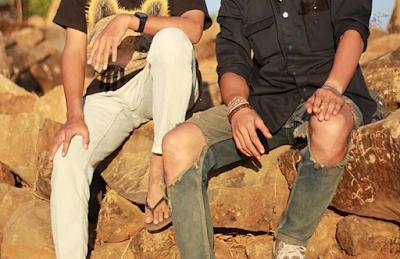 Pendaki memakai celana jeans sobek