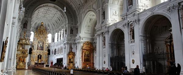 Kiến trúc đầy tráng lệ của nhà thờ công giáo St Michael
