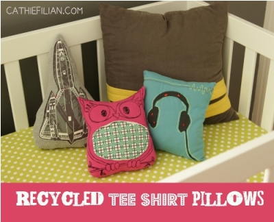 Sarung bantal anak terbuat dari kain t-shirt atau kaos bekas.