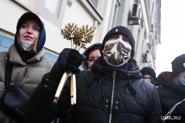 золотой ёршик в акциях протеста