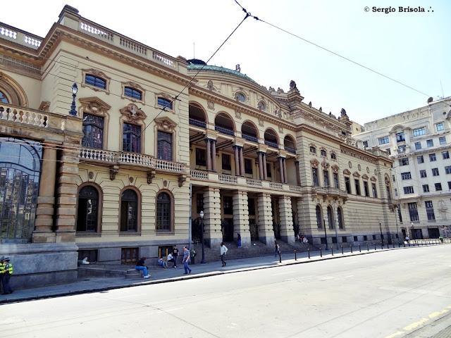 Vista ampla da fachada lateral do Theatro Municipal de São Paulo - República