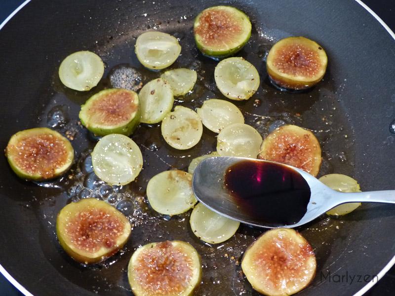 Versez le miel et le vinaigre sur les fruits.