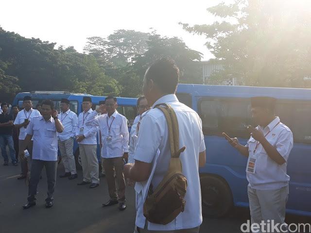 Naik Angkot, Kader Gerindra Menuju Kediaman Prabowo