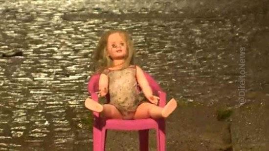 sentada cadeira boneca seguranca rua viraliza