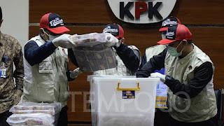 Penyidik KPK menunjukkan barang bukti uang hasil OTT Deputi Kemenpora, di Gedung KPK Jakarta, Rabu, 19 Desember 2018. Foto/TEMPO