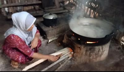 air nira kelapa (badeg) kelapa sedang dipanaskan menjadi gula