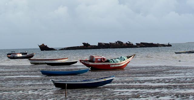 45 – Canoas e o navio encalhado, em Tutóia (Foto: Sérgio Ramos em 07/2011).