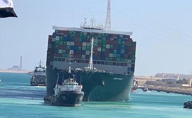 La nave Ever Given è vista dopo essere stata fatta galleggiare completamente nel Canale di Suez, in Egitto.