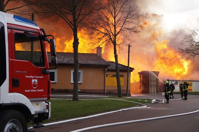 Großbrand in Arensdorf: Paletten brennen lichterloh