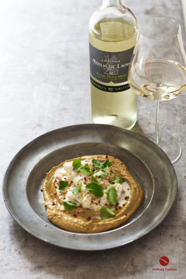 Chakalaka-Karotten-Humus mit Burrata und Rauch. Der Wein: Eine grazile französische Weißwein-Cuvée mit Fülle und Honigwürze aus dem Entre-Deux-Mers