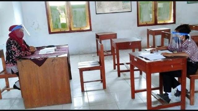 Tak Mampu Beli Ponsel dan Internet, Siswa Ini Tetap Masuk Sekolah Sendirian