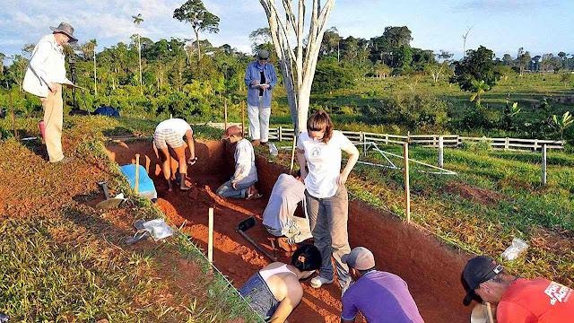 O prof. Martti Pärssinen (upper left) dirige arqueólogos finlandeses que desenterraram cerâmicas amazônicas de formas inteiramente novas