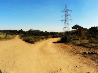 Bifurcação com Ponto de Ônibus e Torre  de Energia à Direita: Siga à Esquerda