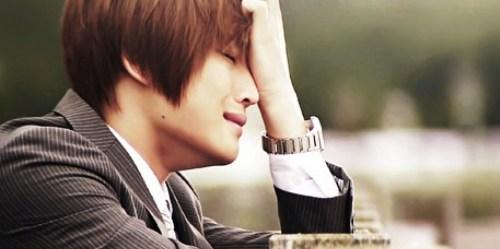 banyak berkhayal dan menangis karena nonton film drama korea
