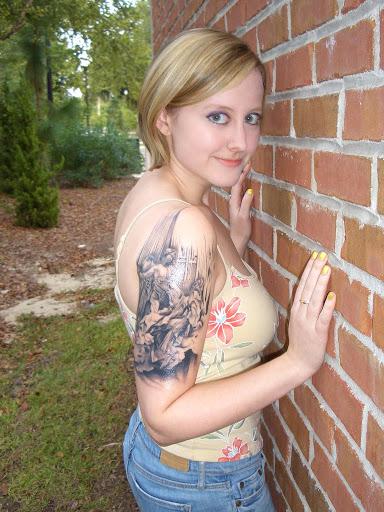 Menina bonita com cool braço desenho de tatuagem de seu loo realmente Incrível, você vai adorar este projeto