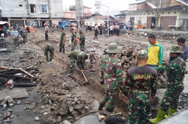 Sinergitas TNI - POLRI Gelar Bhakti Sosial Pasca Kebakaran Pasar Simpang Tiga Redelong