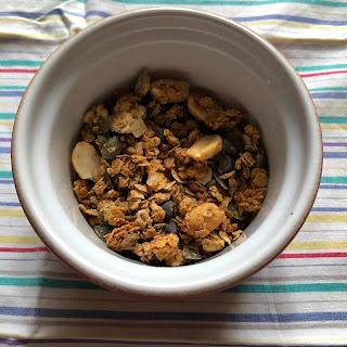 Granola maison au beurre de cacahuètes dans petit ramequin pour dégustation